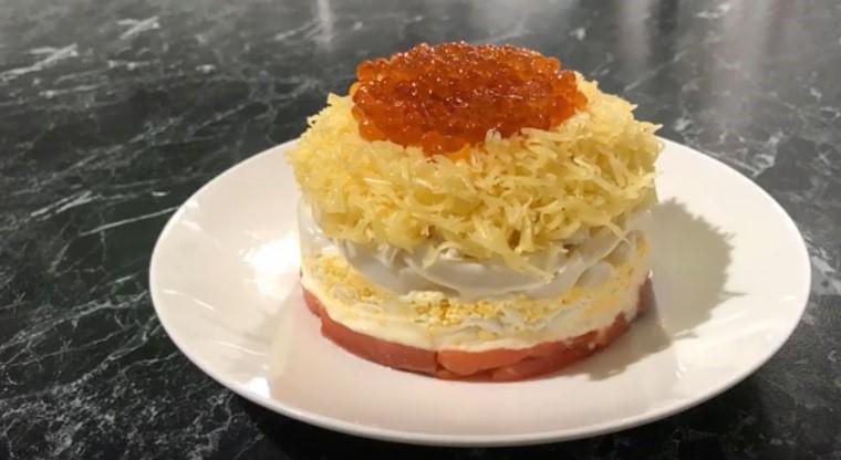 Слоеный салат с красной икрой