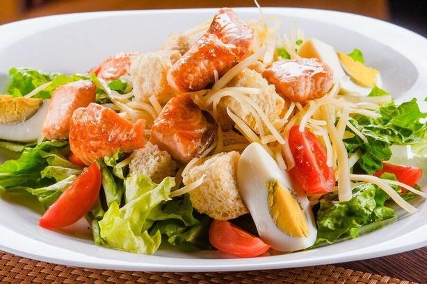 Классический салат Цезарь с семгой под соусом